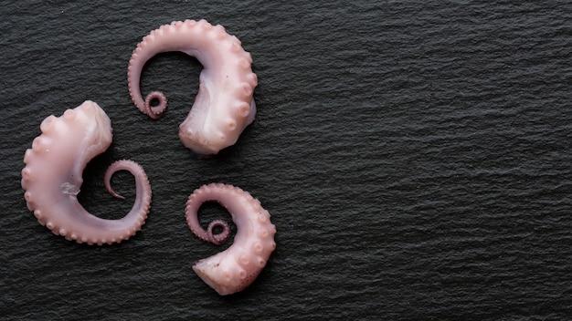 Vue de dessus trois petits morceaux de pieuvre