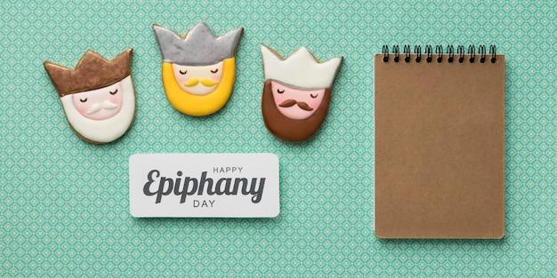 Vue de dessus de trois rois avec cahier en carton pour le jour de l'épiphanie