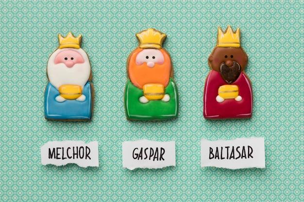 Vue de dessus de trois rois avec des couronnes et des noms pour le jour de l'épiphanie