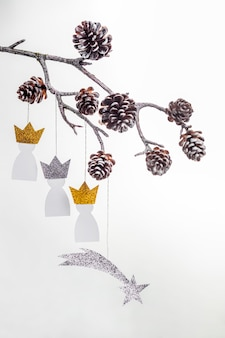 Vue de dessus de trois rois de papier avec des pommes de pin pour le jour de l'épiphanie