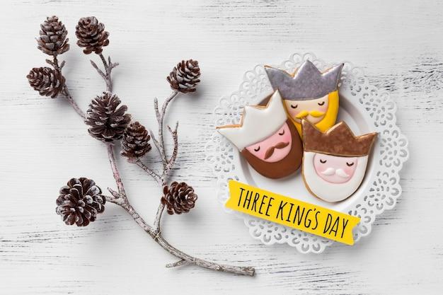 Vue de dessus de trois rois sur plaque avec des pommes de pin pour le jour de l'épiphanie