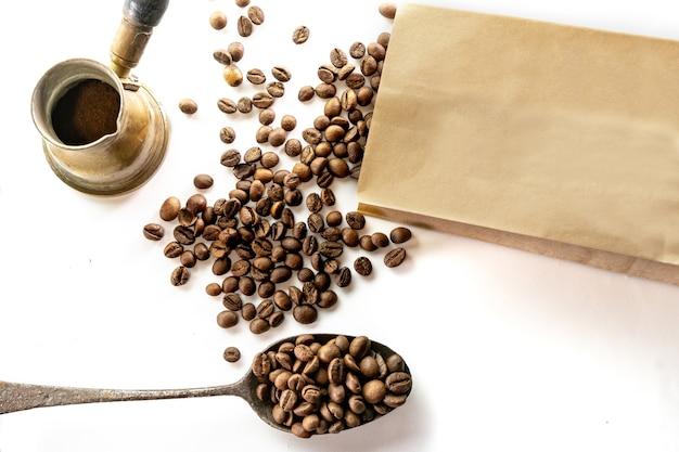 Vue de dessus de trois variétés différentes de grains de café