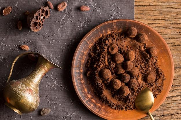 Vue de dessus des truffes au chocolat en poudre de cacao
