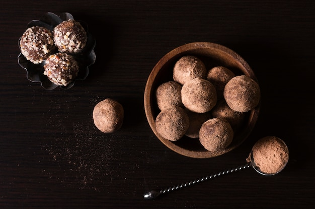 Vue de dessus des truffes au chocolat prêtes à être servies