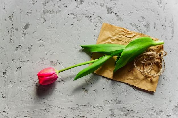Vue de dessus de tulipe rouge en fleurs fraîches sur du papier kraft