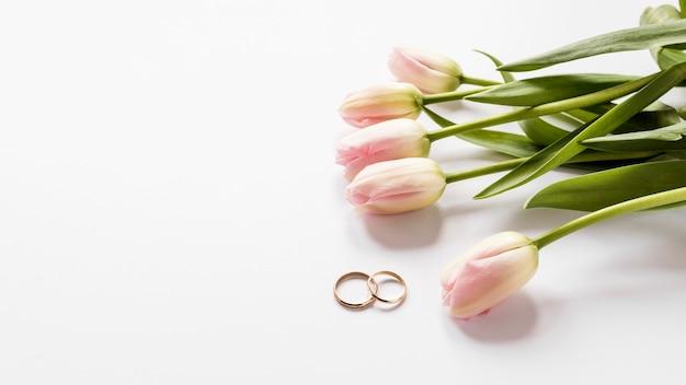 Vue de dessus tulipes et bagues de fiançailles
