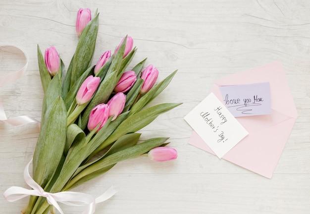 Vue de dessus tulipes et carte de voeux