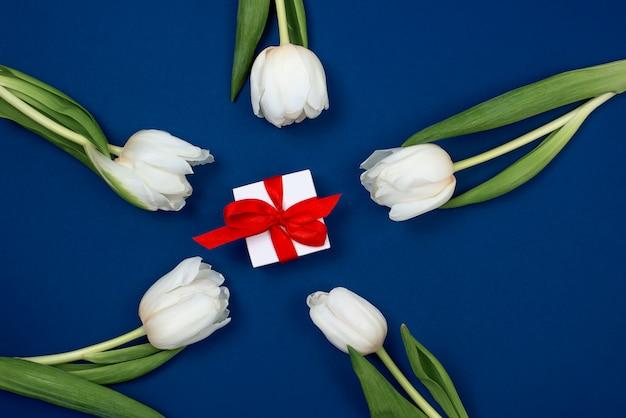 Vue de dessus de tulipes et coffret cadeau avec espace copie.