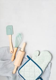 Vue de dessus des ustensiles de cuisine. blog de cuisine, cours et concept de texte de recette.