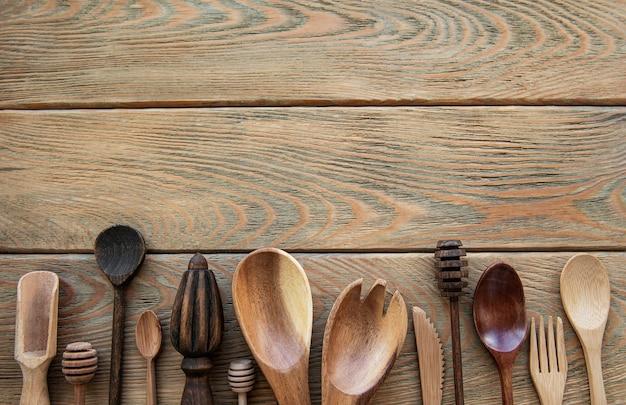 Vue de dessus sur un ustensiles de cuisine couverts en bois sur une table en bois, mise à plat