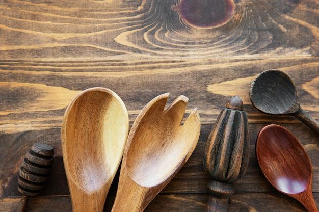 Vue de dessus sur un ustensiles de cuisine couverts en bois