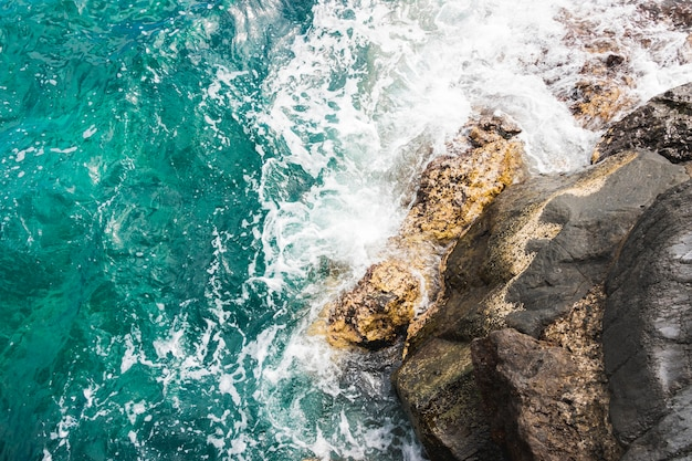 Vue de dessus des vagues sur la côte rocheuse