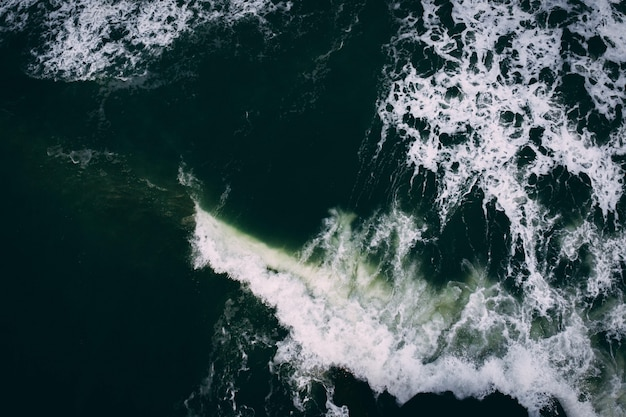 Vue de dessus des vagues de l'océan orageux