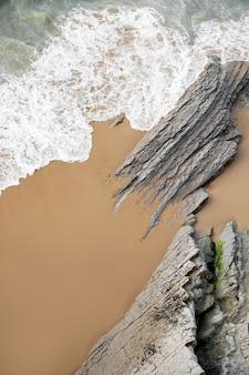 Vue de dessus des vagues de l'océan sur le sable