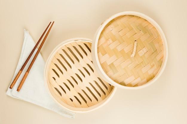 Vue de dessus de la vaisselle asiatique