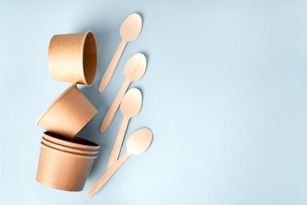 Vue de dessus de la vaisselle en papier artisanat écologique