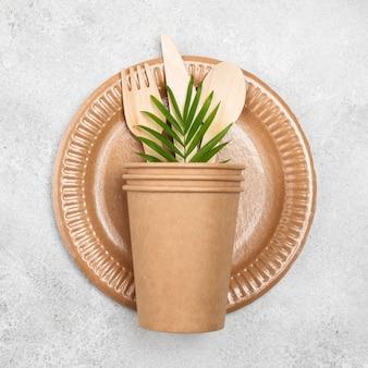 Vue de dessus de vaisselle en papier jetable écologique