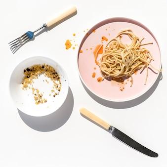 Vue de dessus de la vaisselle sale avec des restes de nourriture
