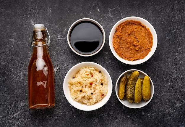 Vue de dessus d'une variété d'aliments fermentés pour une forte immunité et un microbiome humain sain.