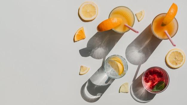 Vue de dessus variété de contenants avec jus naturel et eau