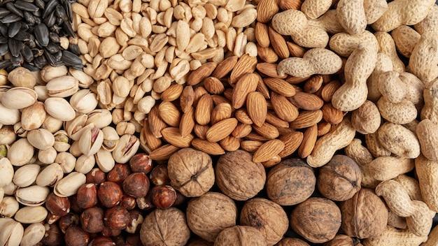 Vue de dessus d'une variété de noix, y compris les amandes