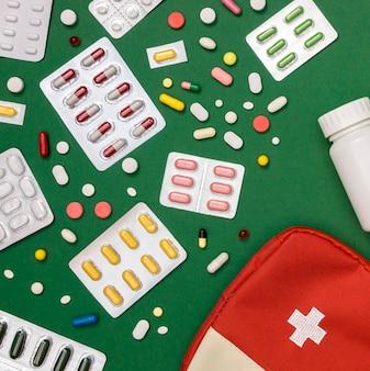 Vue de dessus d'une variété de pilules avec trousse de premiers soins