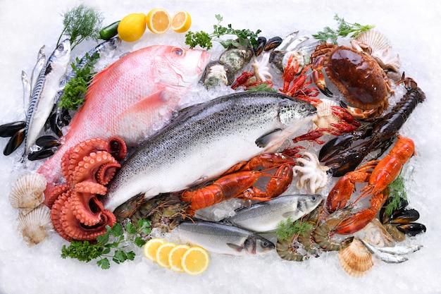 Vue de dessus d'une variété de poissons et fruits de mer frais sur glace