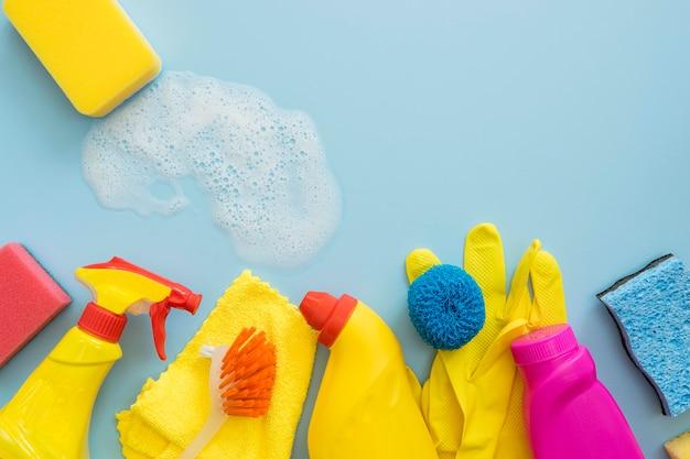Vue de dessus variété de produits de nettoyage sur la table