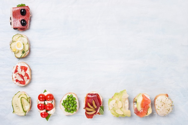 Vue de dessus de la variété de sandwiches sains sur papier parchemin avec un espace pour le texte.