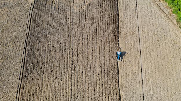 Vue de dessus des véhicules tracteurs agricoles travaillant sur le terrain