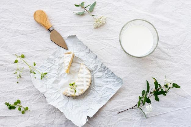 Vue de dessus verre de lait avec du fromage sur une table