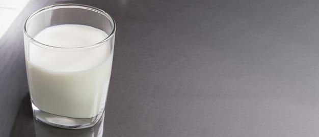 Vue de dessus d'un verre de lait