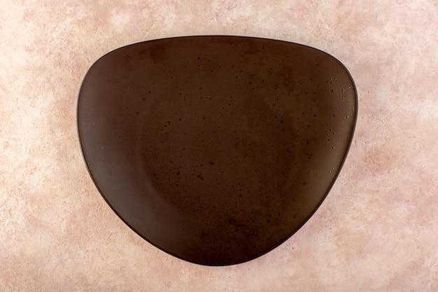 Une vue de dessus en verre plat conçu brun fait table repas isolé