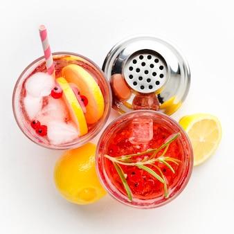 Vue de dessus des verres de vodka aux canneberges avec du citron et de la glace