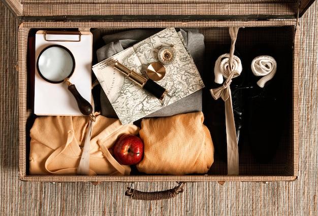 Vue de dessus des vêtements décontractés emballés à l'intérieur d'une valise vintage
