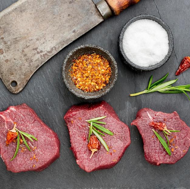 Vue de dessus de la viande aux épices et herbes