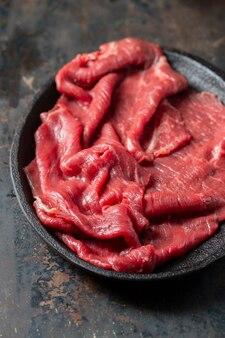 Vue de dessus de la viande crue sur assiette