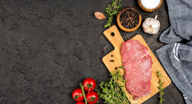 Vue de dessus de la viande avec des tomates et des herbes
