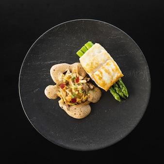 Vue de dessus de la viande de tur cuite aux asperges et sauce savoureuse