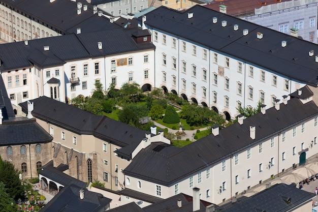 Vue de dessus de la vieille ville au centre de salzbourg, autriche, depuis les murs de la forteresse
