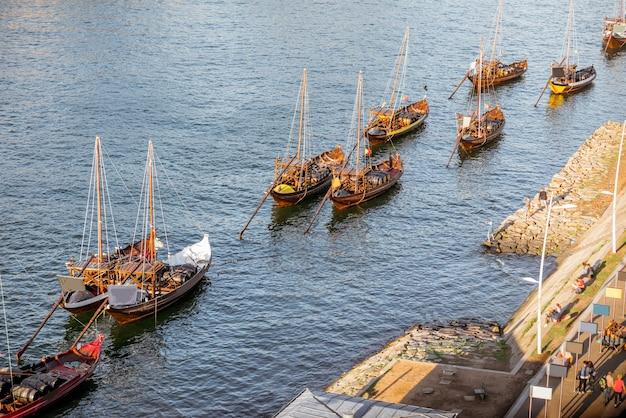 Vue de dessus sur les vieux bateaux portugais sur le fleuve douro dans la ville de porto, portugal