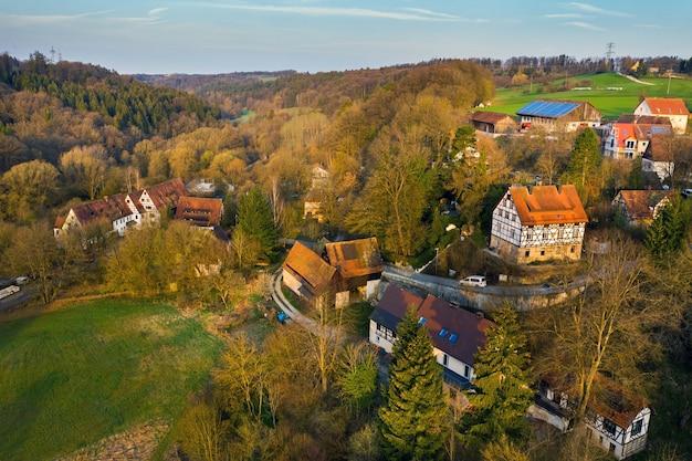 Vue de dessus d'un village d'automne en suisse saxonne.allemagne