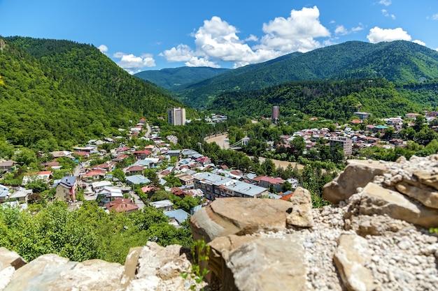 Vue de dessus de la ville de borjomi dans le sud de la géorgie centrale