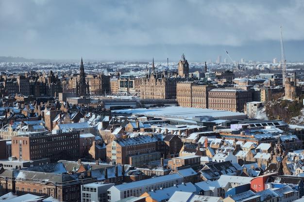 Vue de dessus de la ville d'édimbourg en hiver.