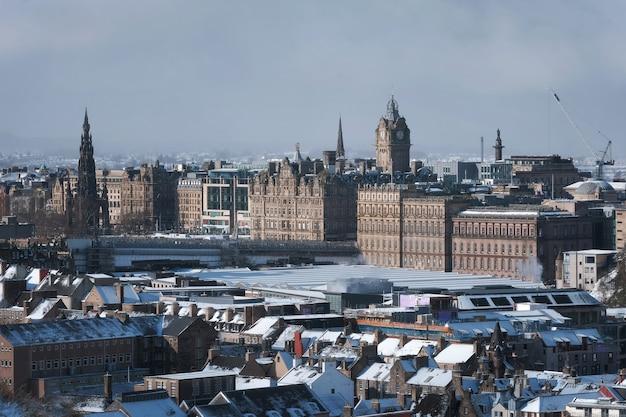 Vue de dessus de la ville d'hiver d'édimbourg a couvert de neige attractions de la ville ecosse royaume-uni