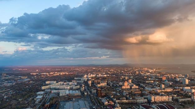 Vue de dessus de la ville de khabarovsk coucher de soleil beaux nuages sous la pluie photo de haute qualité
