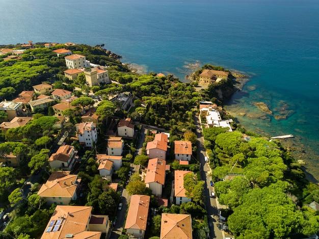Vue de dessus de la ville et de la promenade située à castiglioncello en toscane. italie, livourne.