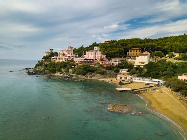 Vue de dessus de la ville et de la promenade située à castiglioncello en toscane. italie