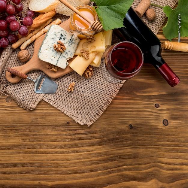 Vue de dessus vin avec nourriture et grappe de raisin