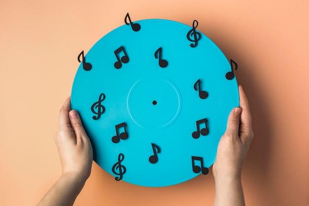 Vue de dessus en vinyle bleu avec des notes de musique